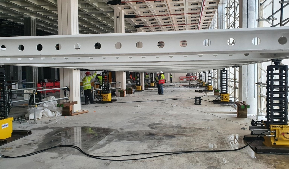 hydraulic jacking system used to lift steel structure in construction project